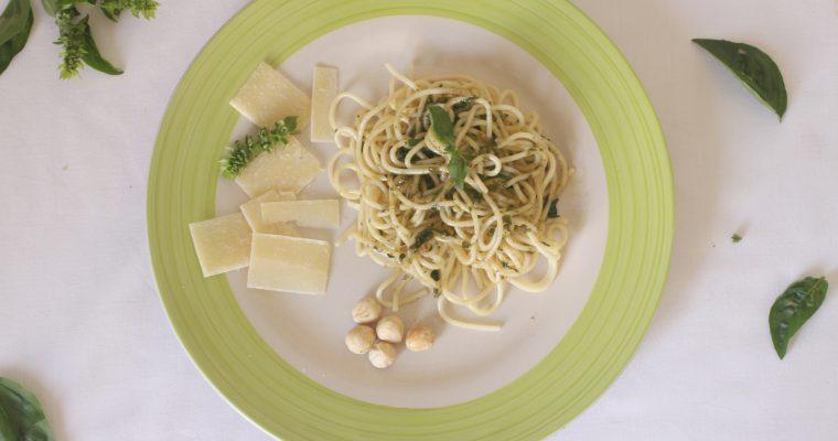 Espagueti al pesto de albahaca y piñones