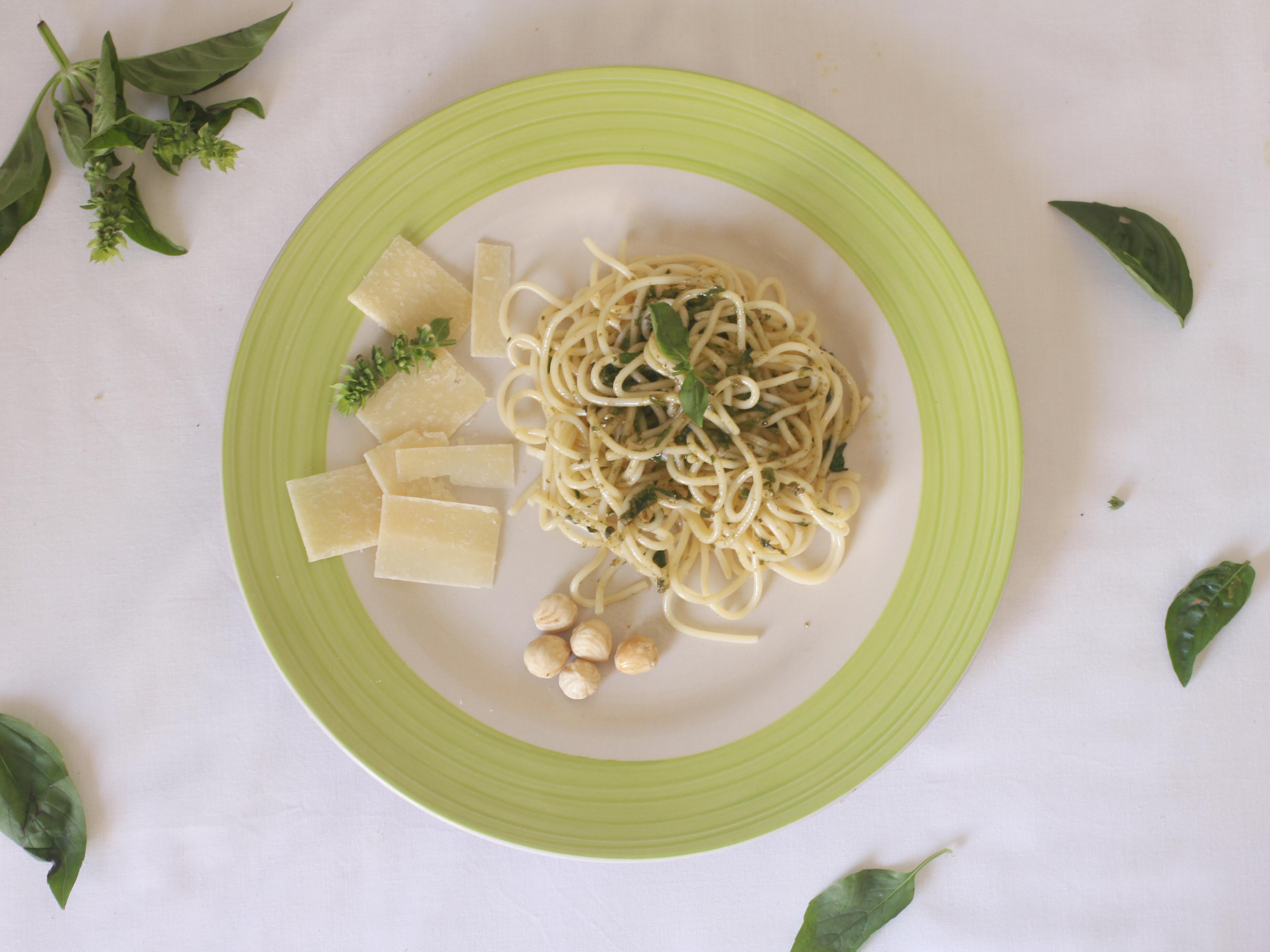 Receta de espagueti al pesto de albahaca y piñones