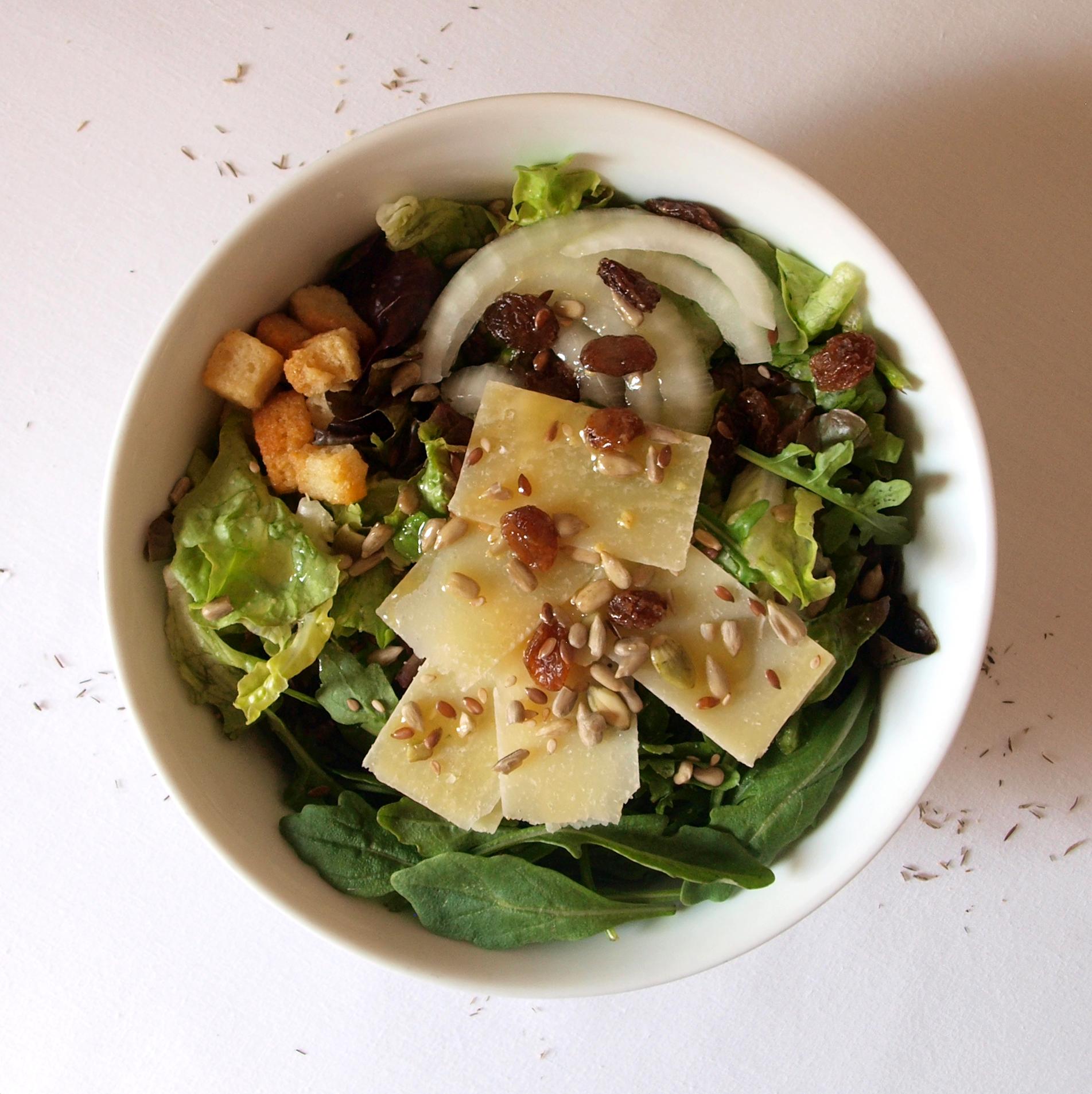 Receta de ensalada de hoja de roble con parmesano y vinagreta de mostaza y miel