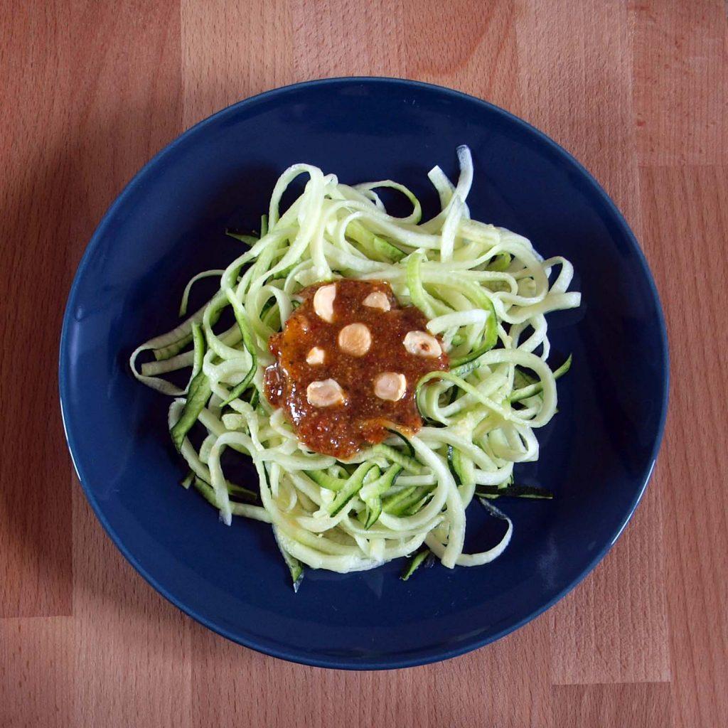 Receta vegana de espagueti de calabacín con pesto de tomates secos