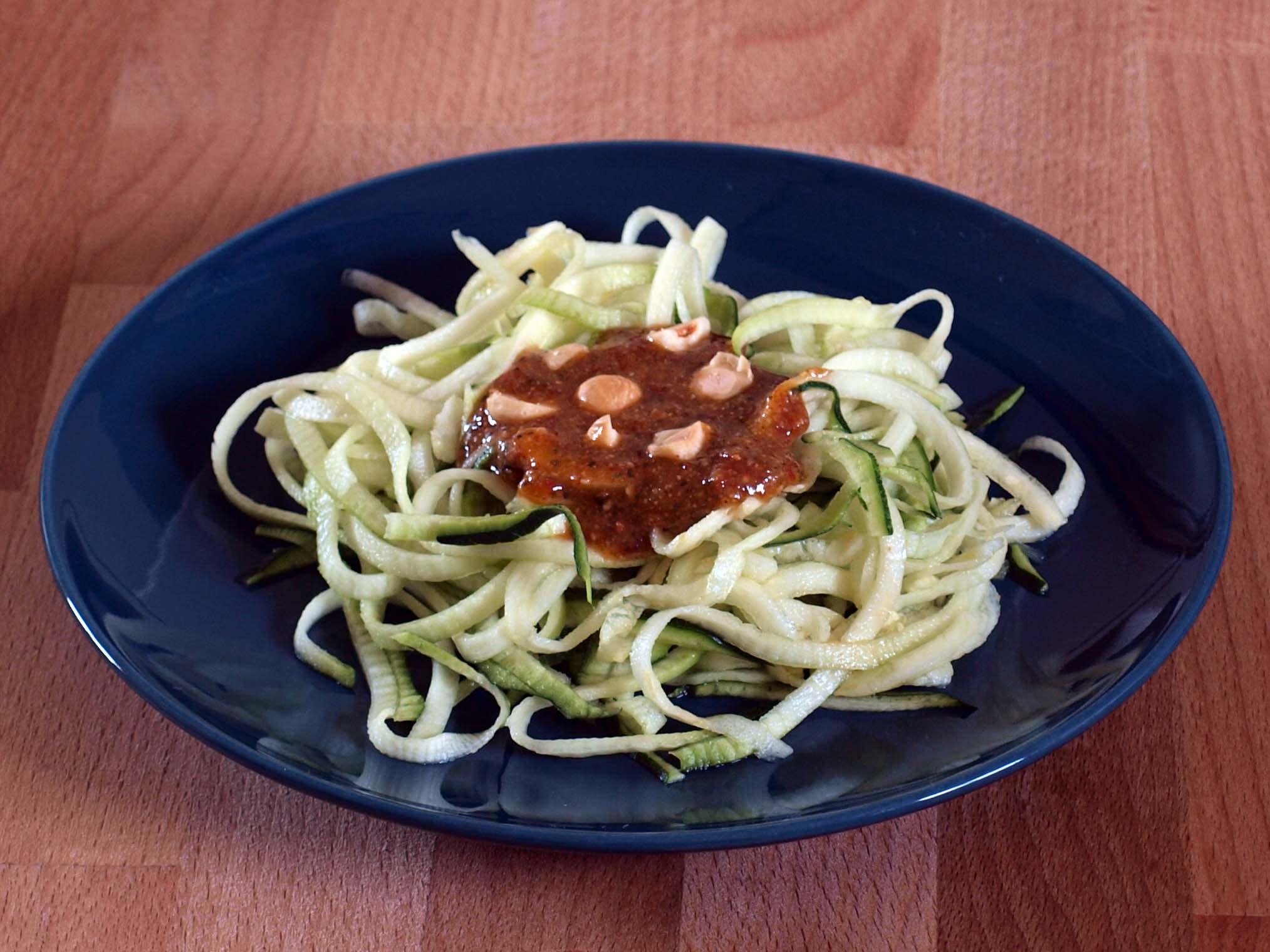 Espagueti vegano de calabacín con pesto de tomate seco