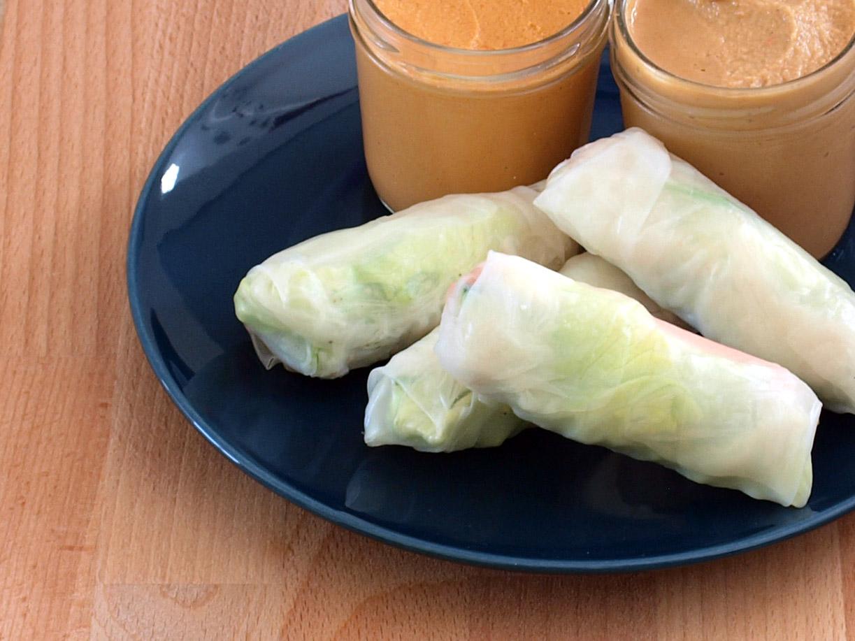 Receta vegana de rollitos vietnamitas con salsa de cacahuetes y de pimiento