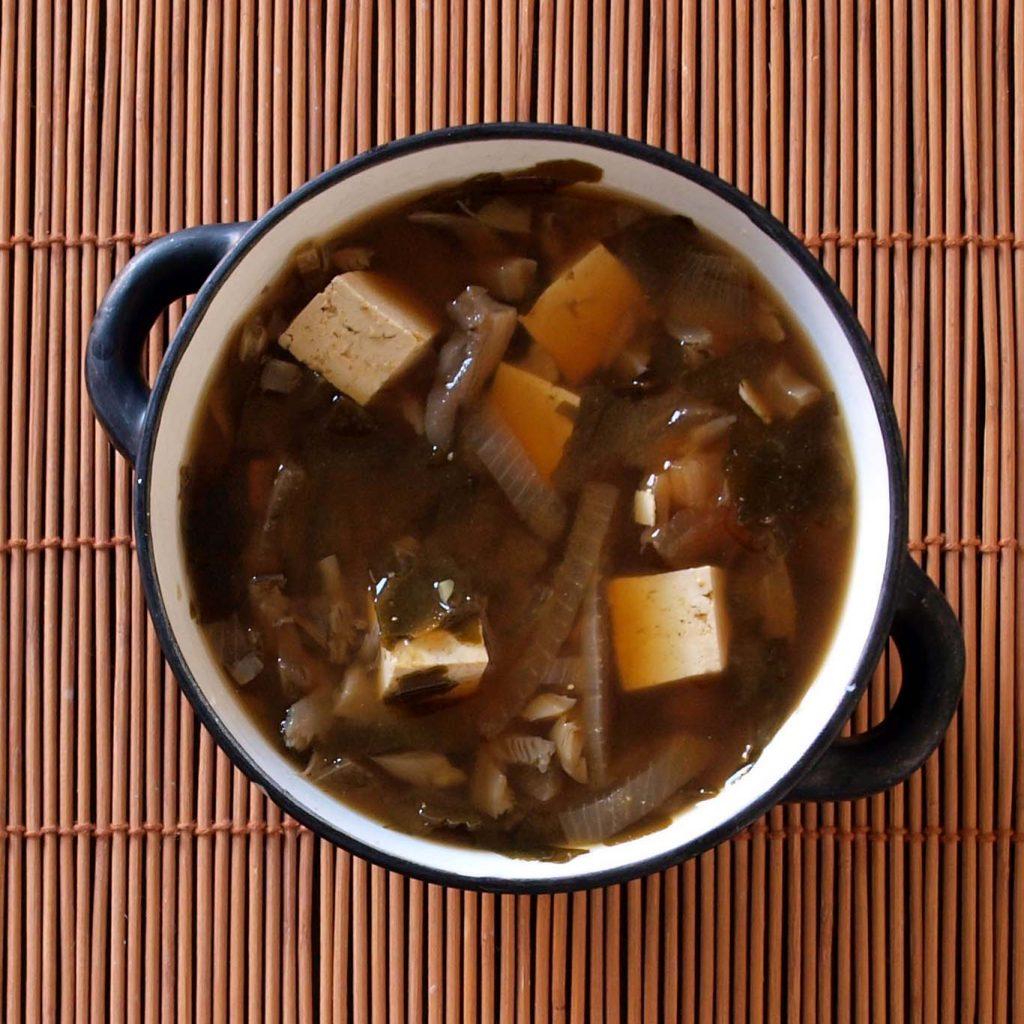 Receta vegana de sopa de miso con tofu marinado