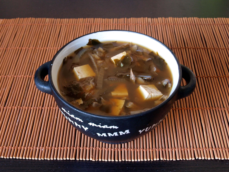 Sopa de miso vegana con tofu marinado