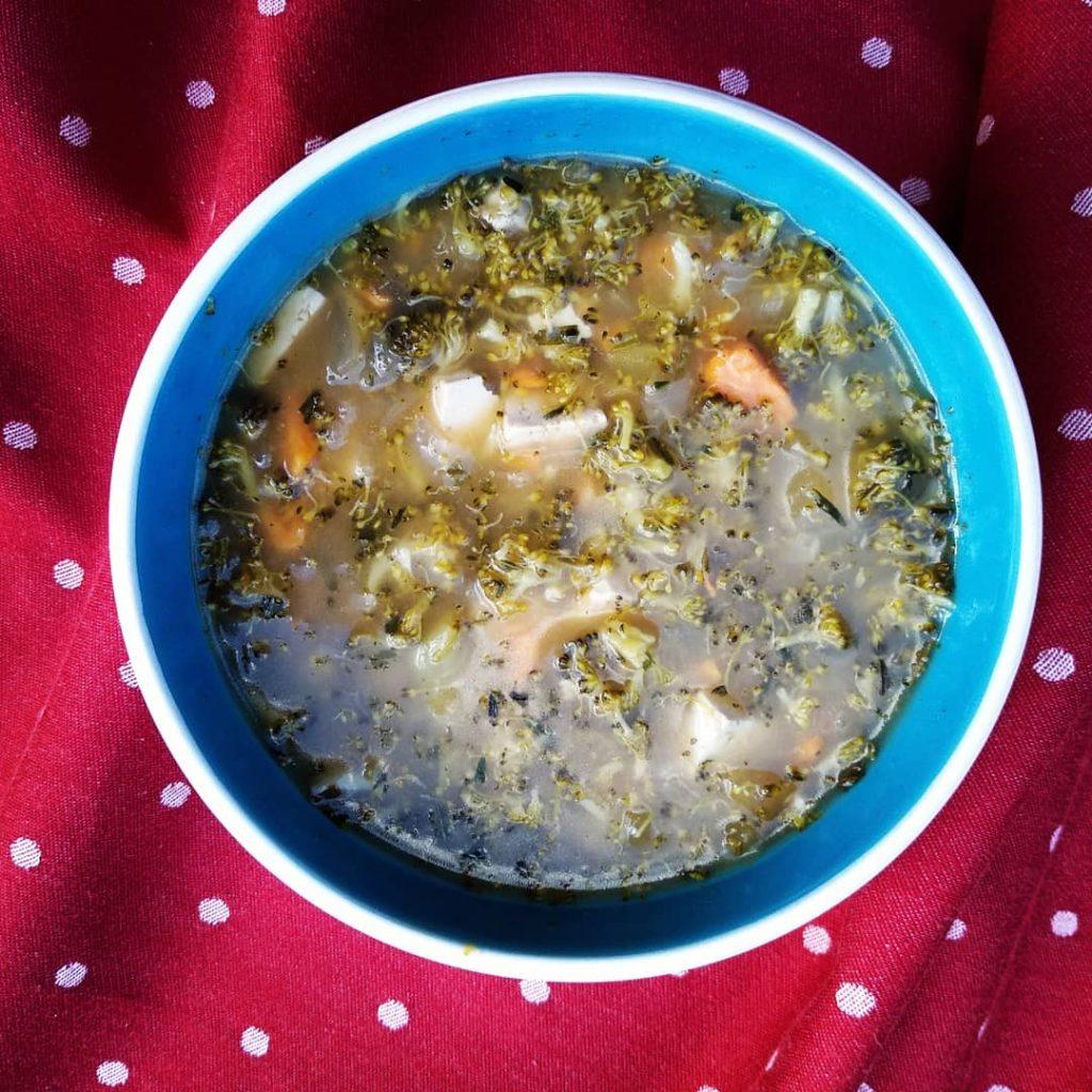 Receta vegana de sopa de brócoli con boniato y estragón