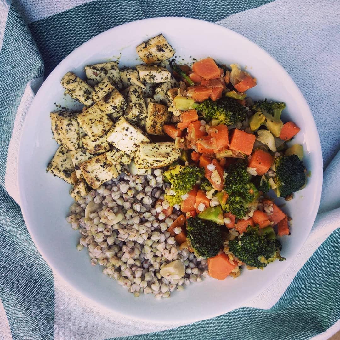 Tofu al chimichurri con sarraceno y verduras salteadas