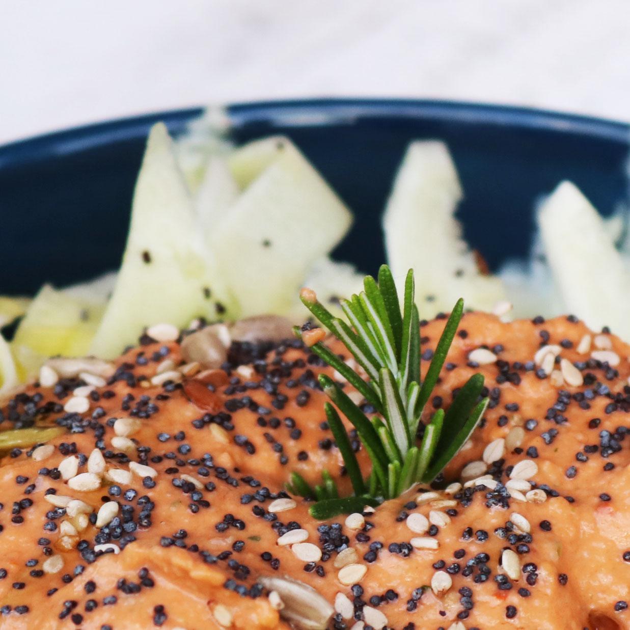 Receta vegana de tallarines de calabacín con salsa de almendras con tomate y romero