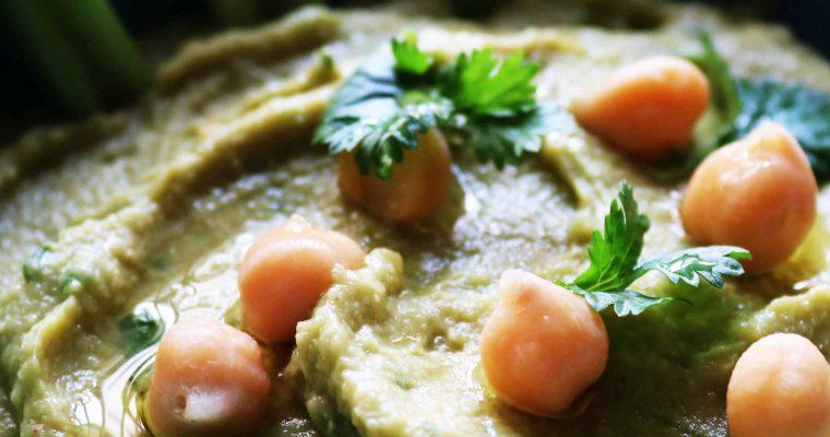 Hummus de garbanzos y aguacate con cilantro y cebollino