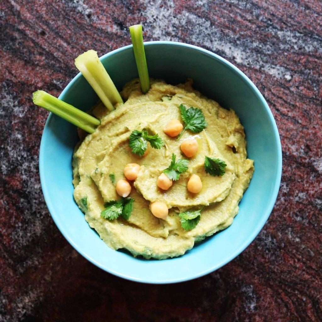 Receta vegana de hummus de garbanzos con aguacate